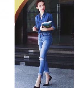 Một đôi giày cao gót sẽ giúp cô nàng thấp bé chinh phục mọi kiểu dáng quần jean