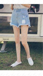 Quần jeans tua rua sẽ mang lại phong cách lạ mắt và cá tính cho các cô nàng