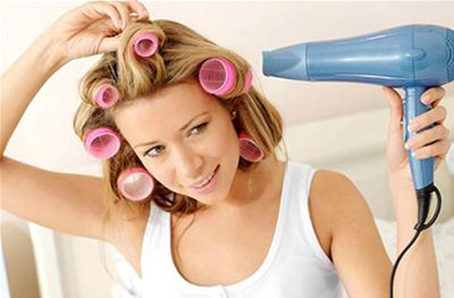 Sấy tóc ở nhiệt độ quá cao sẽ khiến tóc khô giòn, xơ rối