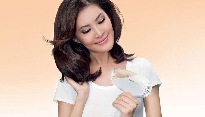 Sử dụng máy sấy đứng cách để có mái tóc bóng khỏe