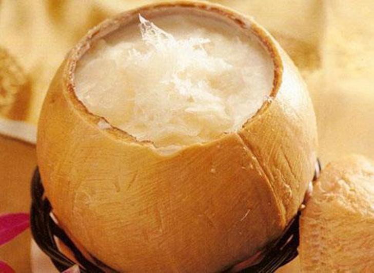 Nước dừa béo ngậy kết hợp với tổ yến tạo thành món ăn bổ dưỡng cho bạn
