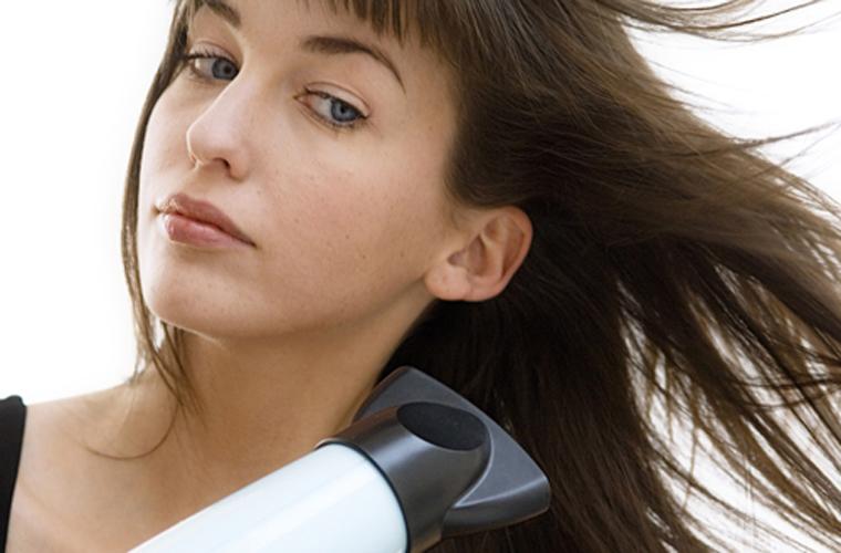 Để máy sấy tóc cách xa chân tóc từ 15-20cm, nghiêng một góc 30-45 độ