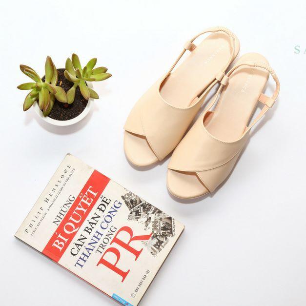 Tông màu nude giúp bạn che đi khuyết điểm của đôi bàn chân ngăm đen
