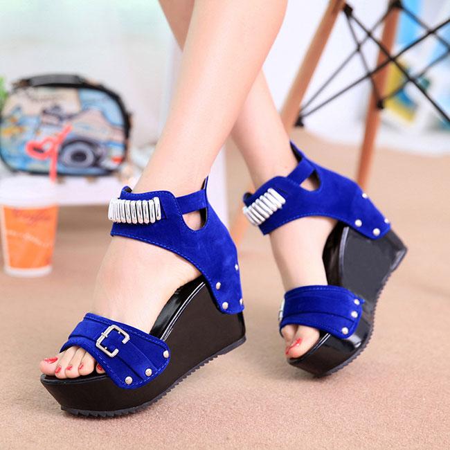 Sandal cao gót đế xuồng giúp bạn cân bằng vóc dáng tốt nhất