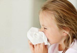 Trẻ nhỏ thường xuyên bị sổ mũi do sức đề kháng của trẻ non yếu