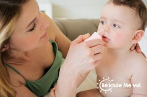 Nhiều bà mẹ mắc sai lầm trong việc chăm sóc bé khi bé bị sổ mũi