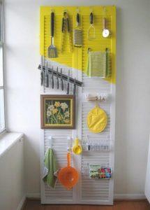 Tận dụng một tấm cửa cụ làm một không gian treo vật dụng nhà bếp tiện lợi