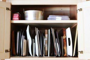 Sắp xếp các đồ dùng nhà bếp theo chiều dọc giúp bạn tiết kiệm được không gian tối đa