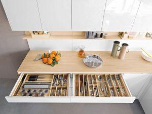 Chia tủ thành nhiều ngăn riêng biệt giúp bạn sắp xếp đồ đạc gọn gàng và dễ tìm kiếm hơn