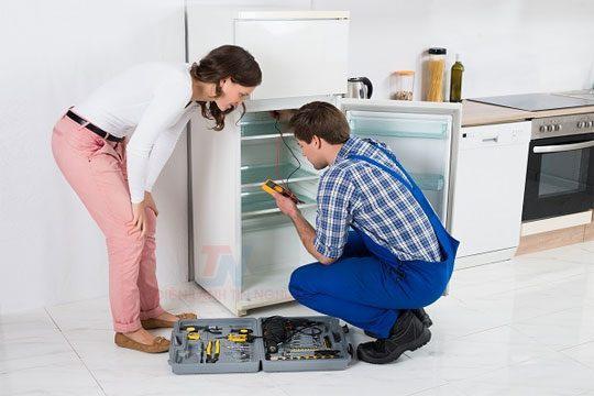 Tốt nhất là bạn nên tìm đến thợ sửa tủ lạnh