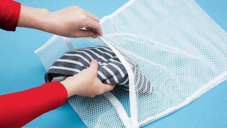 Sử dụng túi giặt để chống nhăn quần áo