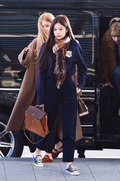 Jennie xuất hiện tại sân bay với đôi giày sục
